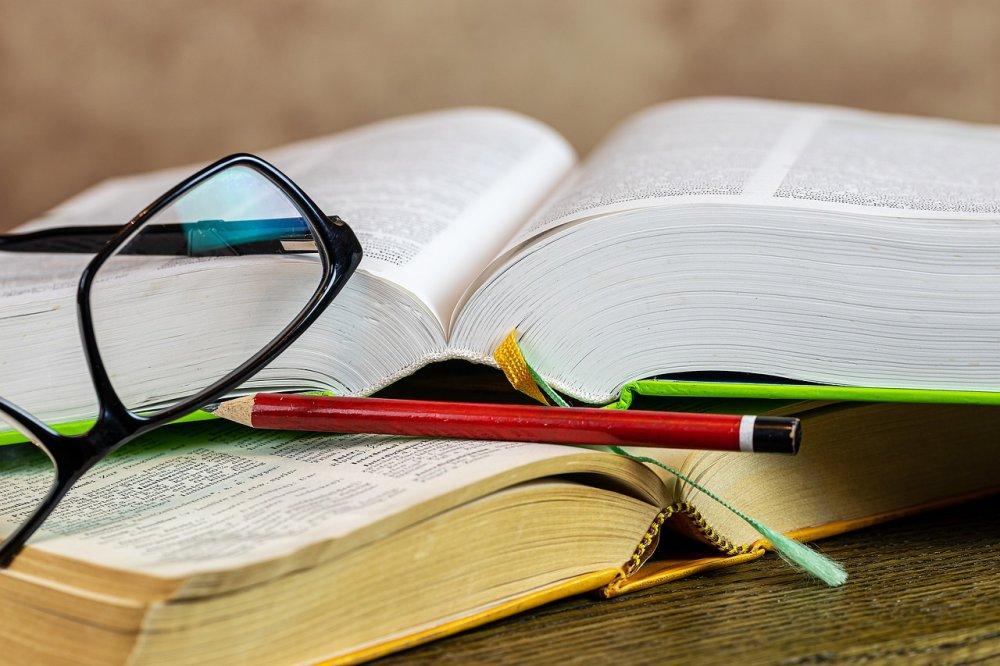 Книги и карандаш